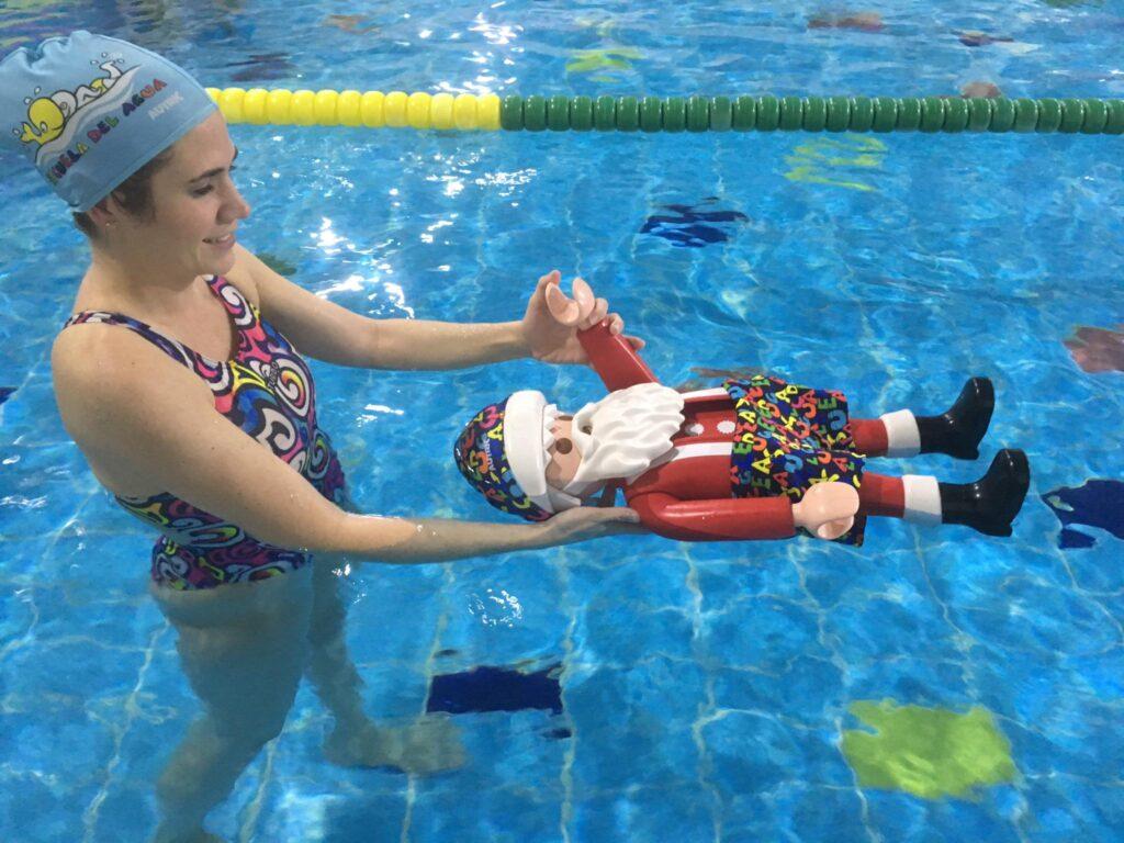 Hasta el hijo de Papá Nöel recibe clases de natación en la Escuela del Agua