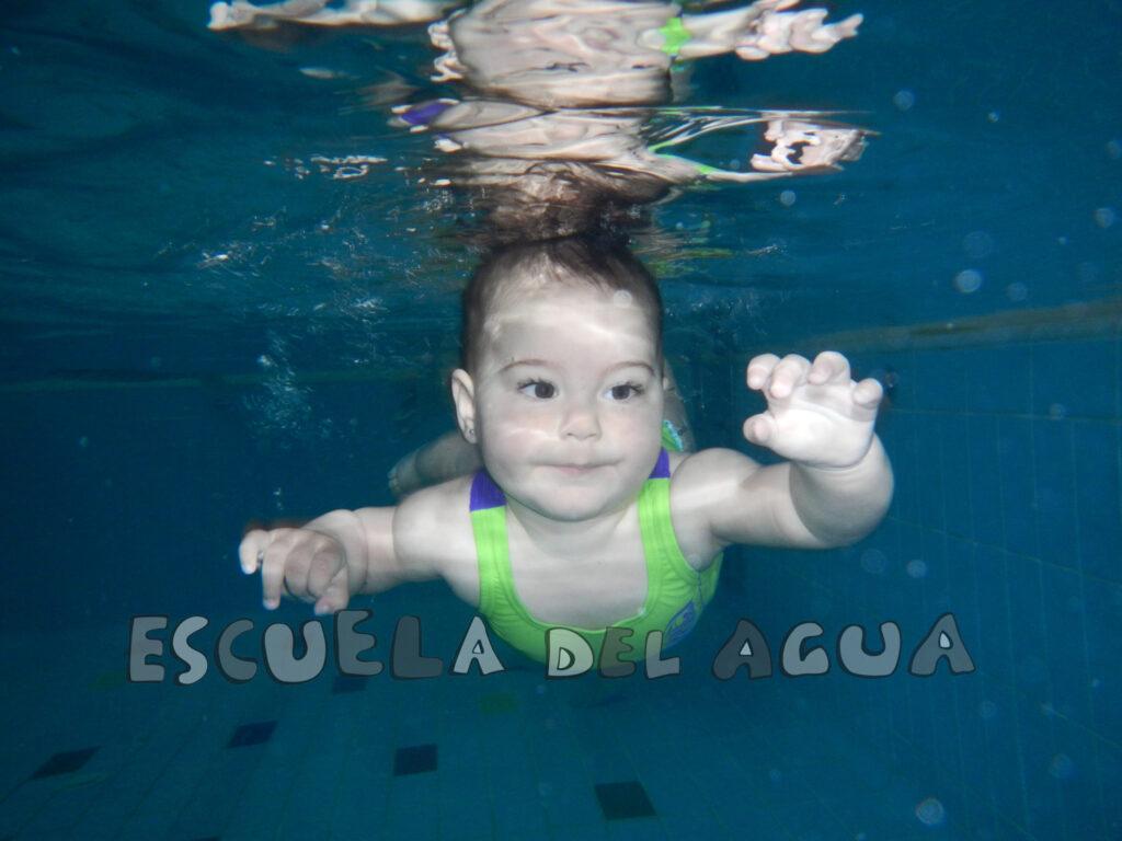 ¿Cuál es el mejor momento para que mi hijo comience a practicar natación?