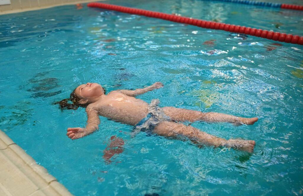¿Quieres que tu hijo crezca sin problemas de espalda? Escuela del Agua recomienda la práctica regular de la natación